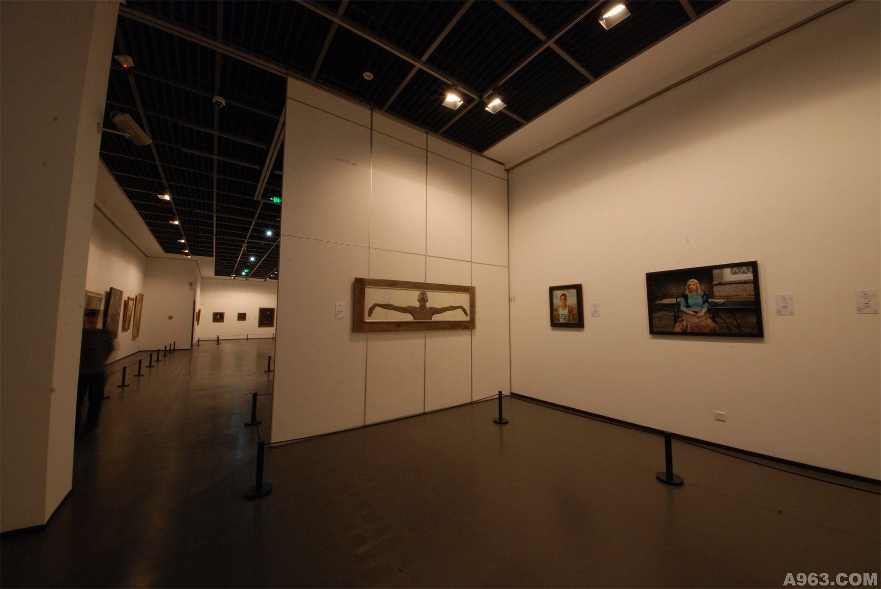 浙江省博物馆浙江西湖美术馆位于杭州市孤山路25号,建筑面积2780平方米,公共部分面积约为1365平方米,展厅面积约为1415平方米,共分三层,负一层南半部分展厅层高约4.2米,北半部分展厅层高约为6.5米;一层展厅层高约为6.5米;二层展厅层高约为5米。 本次设计目的在于看不见设计,我们称之为消失的设计。即设计的合理性,让一切都看起来那么的协调,顺眼。而非刻意。 灯光是展陈设计的灵魂,美术馆非常注重灯光设计,由此本次设计采用的灯光为国际一流品牌iGuzzini 展览区的整体灯光设计将采用嵌入式的智能化可