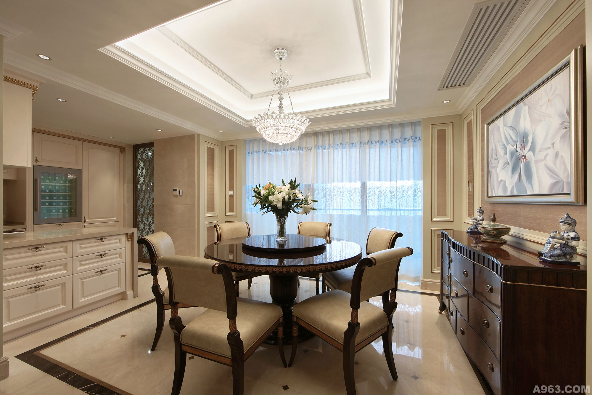 华丽的欧式大床,独立的衣帽间和卫生间,突出了空间精致高雅的气氛.