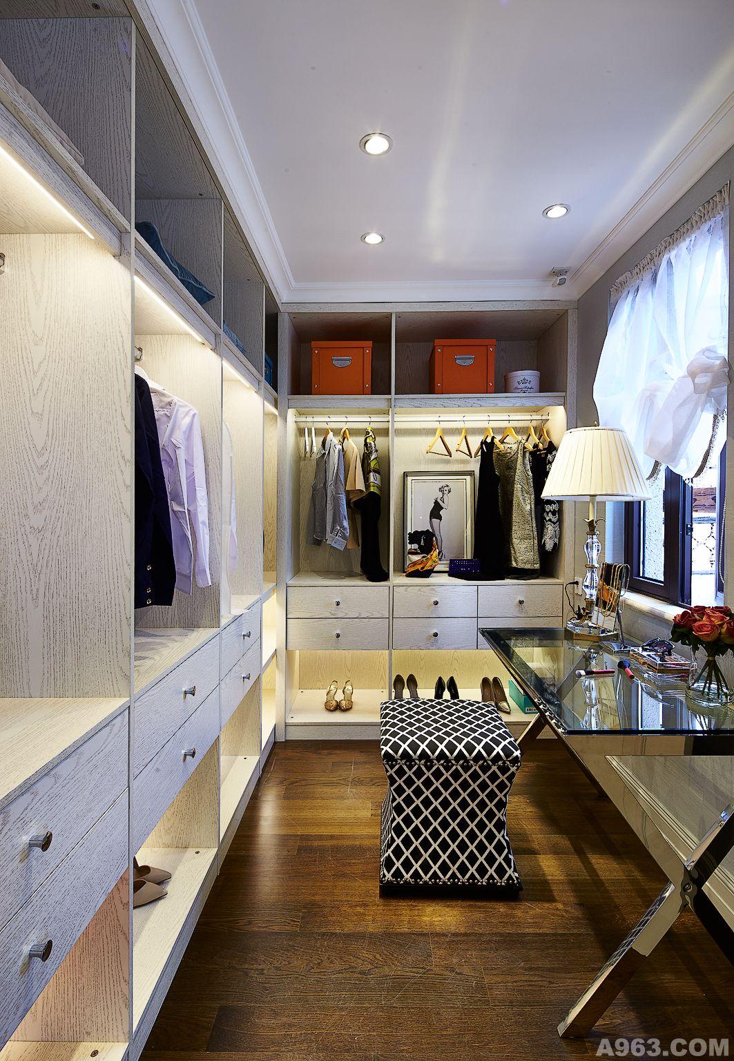 主要用材:大理石,木饰面,木地板,墙纸,布艺硬包,手绘壁画等.