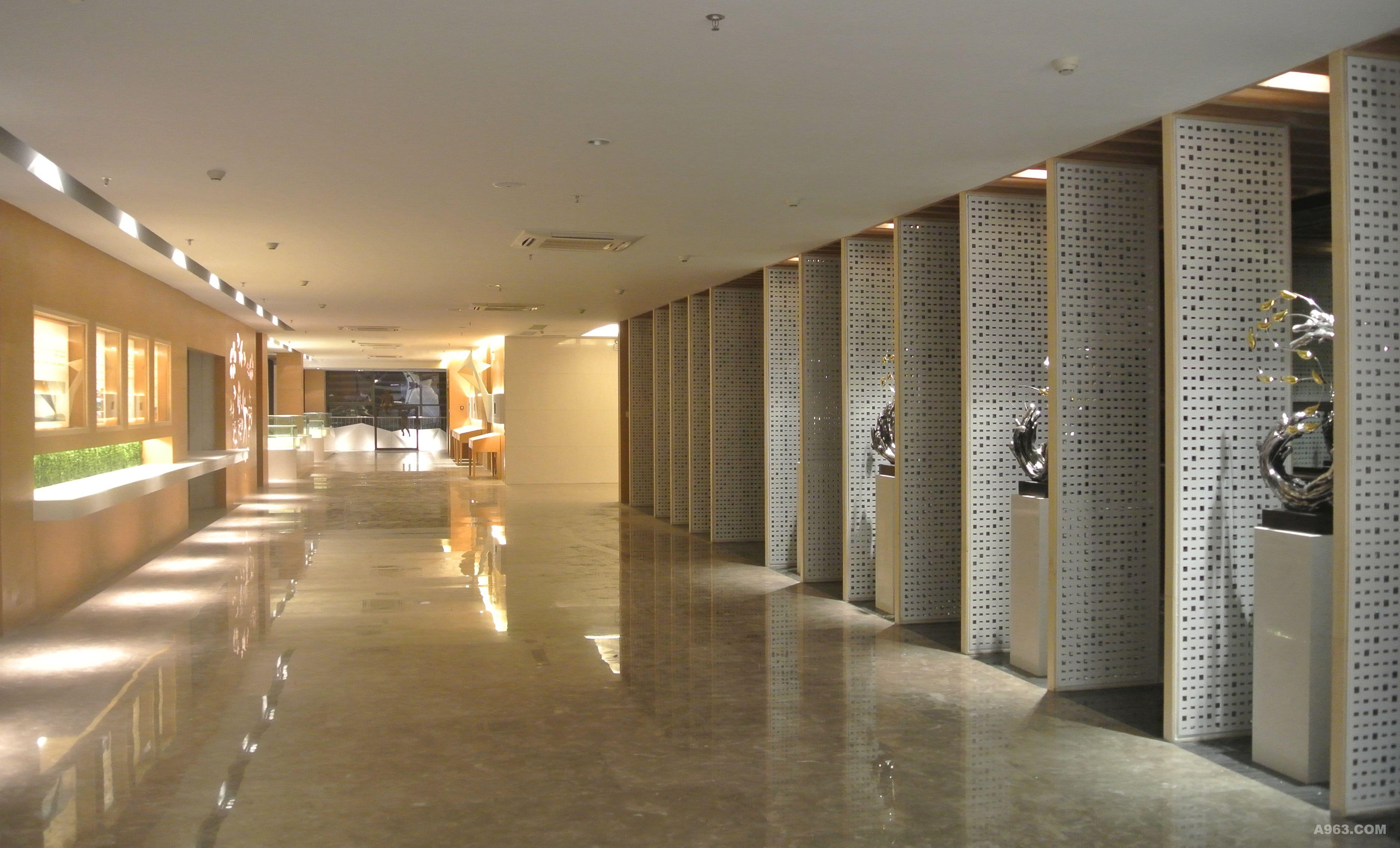 纯白色的楼梯在整墙木饰面的衬托下成为了整个洽谈区空间的视觉核心.