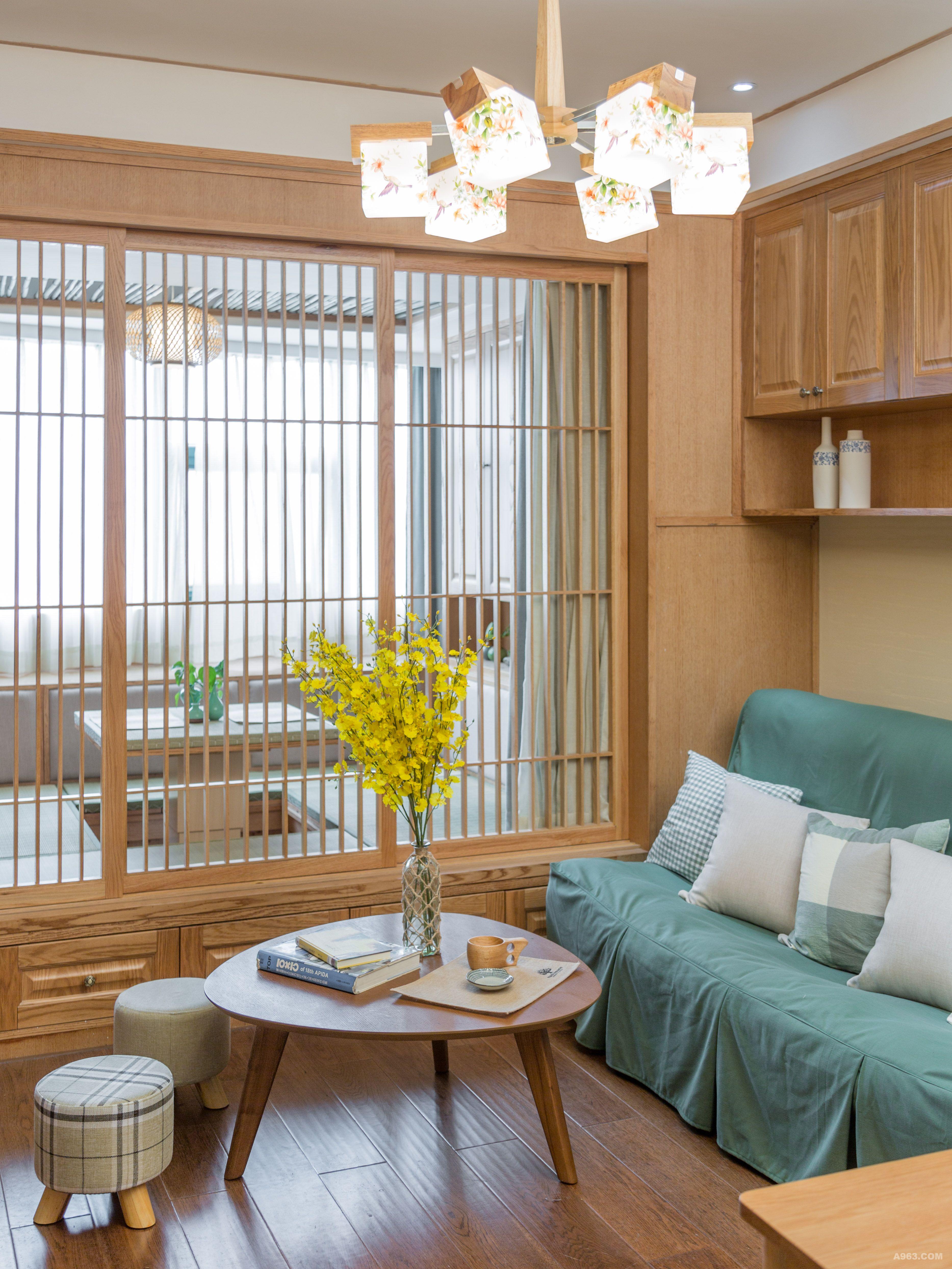 地址:杭州大都文苑风情 户型:1室1厅1厨1卫 面积:40平方 风格:日式 装修投入:12万(设计+施工+软装+主材) 设计师:王鲁平 设计说明:本案例为一个单身公寓,以仿古砖、硅藻泥、竹子、实木地板、原木为主要用材,为了尽可能保证整个空间采光通风,设计上采用虚实的流动和分隔手法,流动为一室,分隔则分几个功能空间。最终的目的是人身处其中能放松心情,静静的思考,禅意无穷,另外为了保证收纳空间,在不影响使用的前提下,在两侧的墙上、榻榻米的周围做足了柜体,日常衣服和被褥、书的收纳足足有余。