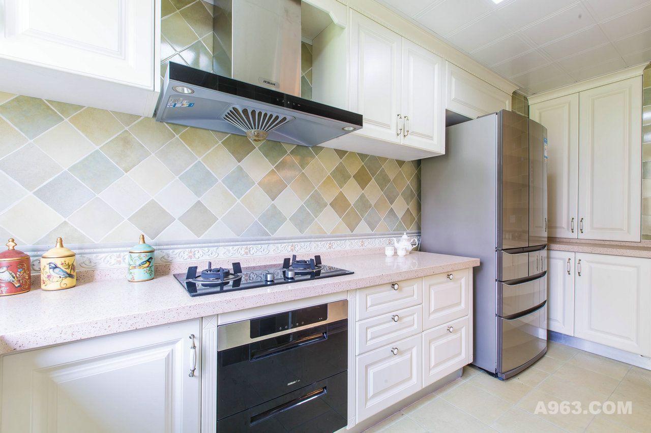 灰绿相间的花片,与奶白色的橱柜结合,时尚而惬意;嵌入式的双门冰箱及图片